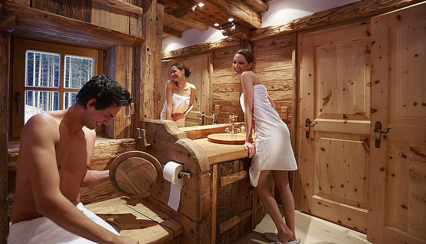 Arredobagno tipico tirolese con legno naturale