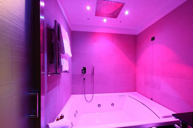 Vasca da bagno con idromassaggio tutto quello che non sai - Cromoterapia vasca bagno ...
