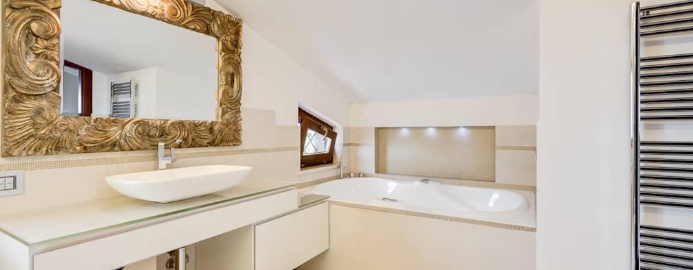 Specchio con cornice per il bagno